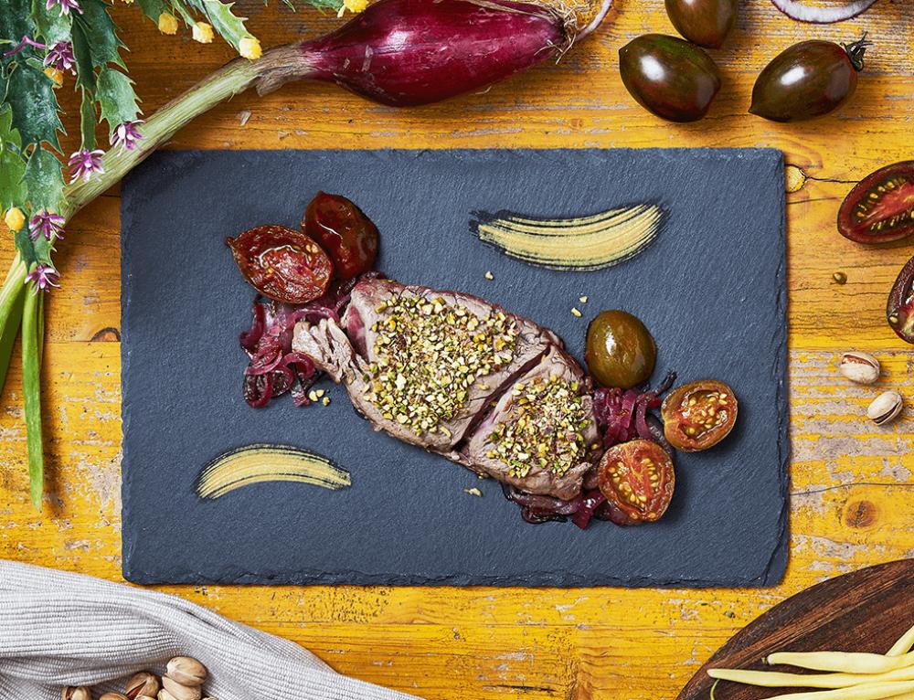 Filetto di Fassona Piemontese in crosta di pistacchi, con pomodoro confit e cipolla caramellata